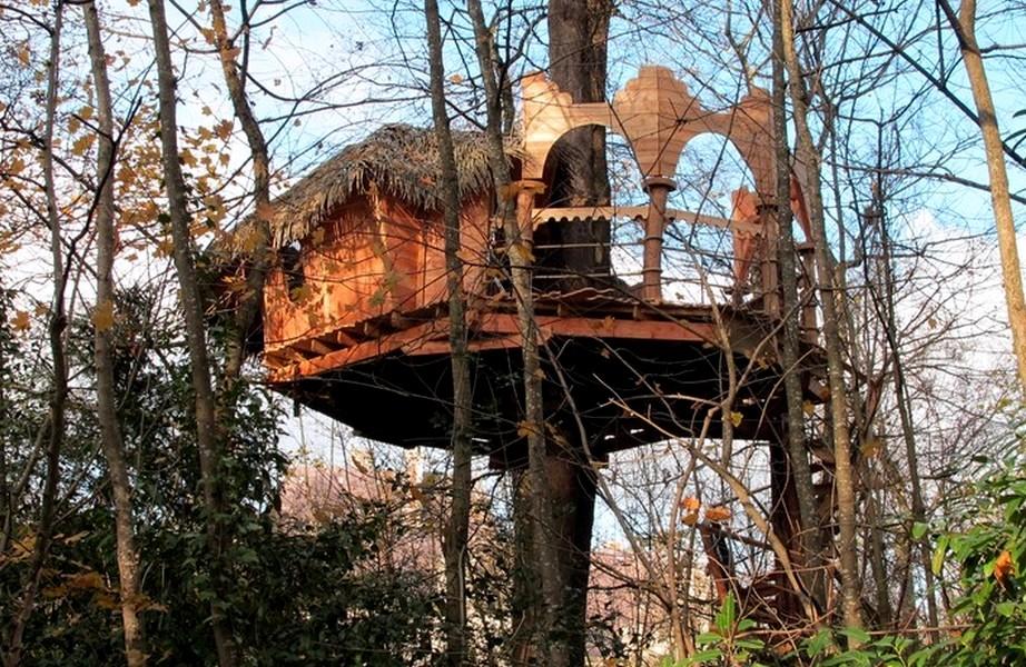 Cabane dans les arbres pour les amoureux en automne